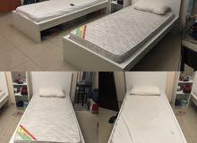 2 سرير مع 2 مرتبة ورفوف