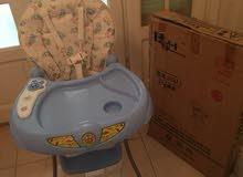 hight chair  ( كرسى عالى يستخدمه الاطفال أثناء تناول الطعام )