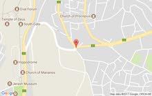 ارض مساحتها 5دونم على بيت ريفي مساحته 250م وبئر ماء مشجرة زيتون وتين مطلة مسنسلة