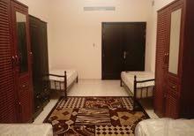 سرير في غرفة ماستر للبنات فقط