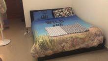 سرير king size من ايكيا بحالة ممتازة مع دولاب