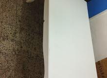 طاولة سفرة ستة كراسي بدون كراسي لون ابيض حالة ممتازة