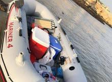 قارب مع مكينة جديدة بالكارتون