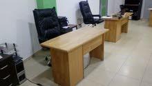 مكاتب عدد 5 خشب ،قياس موحد لون خشبي فاتح للبيع بسعر مغري