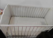 سرير من إيكيا وعربة أطفال