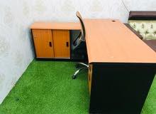 طاولة مكتبيه مع كرسي مستخدم 3 اشهر فقط