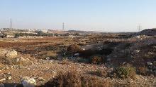 أرض مميزة ذات اطلالة تقع على طريق المطار تبعد عنه حوالي 500 متر