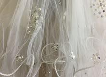 فستان عرس لون أبيض مع طرحة للبيع