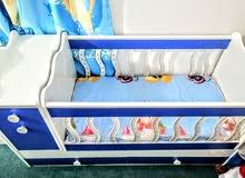 سرير أطفال عادي وهزاز شبه جديد استعمال بسيط ونظيف هلبا