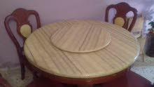طاولة أكل رخام مع أربعة كراسي الطاولة نظيفة شبه جديدة ايطالية الرخامة دوارة