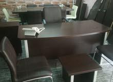 مكتب مدير فخم مع كراسي جلد شبه جديد