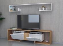 طاولة تلفزيون اللون ابيض مع خشبي معها رفوف جداريه