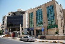 عياده للإيجار ذات مساحه كبيره, ضمن مجمع في شارع مستشفى الخالدي، مكونه من 4 غرف وحمامين وبوفيه.