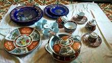 تحف قديمه متكونه من صحن و فناجن و سوبيره و طبق من الفضه وأشياء أخرى