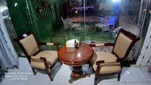 طاولة وكرسيين