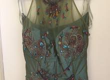 فستان اخضر مموج