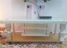 اغراض للبيع  طاوله تلفزيون + مساند مع ركاياتها+ مكيته نظيفه جداً + سخانه نظيفه و