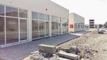 مبني محلات للبيع في مصفوط عالشارع العام
