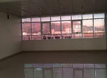 الطابق الأخير مفتوح ومساحة كبيرة وموقع متميز