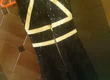 فستان اسود وفي لون دهبي مستعمل مرة واحدة قصير