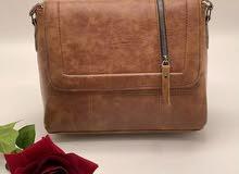 حقيبة جلد بعدة الوان  نزاكة وكياتة السعر ب10000  يوجد خدمة توصيل 3000داخل