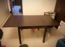 طاولة سفرة خشب مميزة مع 4 كراسي ستانلس بحجم (90 *90) وتصبح (90 * 160)  لون بني  تكبر وتصغر جديده