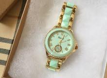لون الساعة اخضر وذهبي