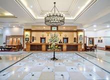 فندق يطلب موظفين وموظفات للعمل براتب مجزى
