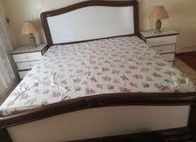 سرير مزدوج مع تواليت وخزائن جانبية