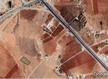قطعة ارض مميزة  بموقع مميز  مساحة ثلاث دنم ونصف مفروزة وواصلها جميع الخدمات موقع