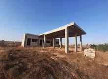 قطعة ارض مساحة 2500متر عليها بناء 240متر في الزاوية طريق الملح بئر بن حسن