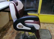 كرسي حلاقه مع ميز جديد قليل الاستخدام
