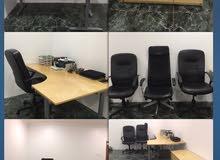 مكتب كبير من ايكيا شبه جديد مع ثلاث كراسي ودولاب ادراج