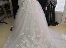 فستان زفاف مع الطرحه والعباه. استعمال مر واحدة
