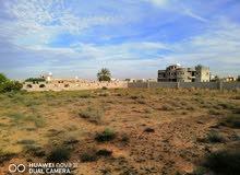 قطعة أرض للبيع للموقع  دحمان مساحتها 2144 متر مربع .مسيجة بالكامل تبعد عن الطريق