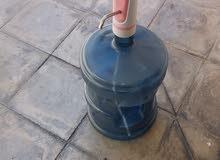 حنفية مياه تعمل على قارورة المياه