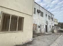 للبيع بيت قديم في منطقة جدحفص في موقع مميز