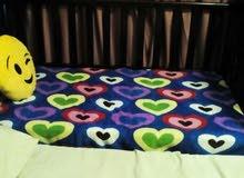 سرير اطفال بحاله جيده بدولاب سفلي واربع جوانب خشبيه