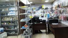 محل (خلو ورجل) في الحسابات بالديكور والأثاث المكتبي وبالبضاعة وسدا مع مخزن متكامل للبيع