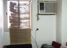 غرفة نظيفة ومرتبة للأيجار بها اغراض بسيطة للبيع