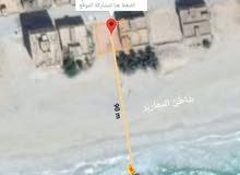 أرض صفه أولى على شاطى البحر على الرمل بصلاله وبجانب كراون بلازا