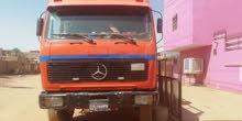 شاحنة مرسيدس الب على شكل لوري به صندوق لنقل البضايع