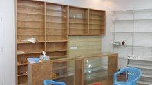 مكتبة رفوف خشبيه وزجاجيه وكاونتر خشب صنوبر