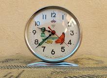 ساعة قديمة  1960 تعمل جيدا و نقية و بحالة جيدة .