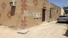 للبيع بيت قديم في منطقة نادي الشعلة قريب الميناء. و ارضين في الزهراء
