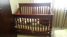 للبيع سرير بيبي خشب مع مرتبة تم شراؤه من مفروشات العمر