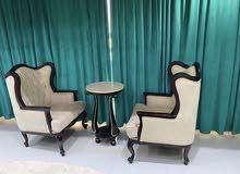 كرسين وثلاث طاولات السطحيه رخام