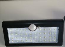 مصابيح ضوئية تشتغل بالكهرباء وأخرى بالطاقة الشمسية