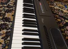 بيانو  الميزه يعطي صوت البيانو الخشب وسبع  اصوات وبعض الامكانيات مثل تسجيل العزف والتيبو وتراكين
