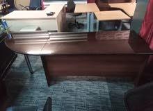 مكتب مع 3 كراسي جلد وحدة جوارير وطاولة تركي